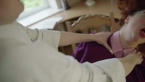 Mulher de cabelo vermelha que está sendo shaked pelas mãos fêmeas filme