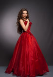 Mulher de cabelos compridos bonita no vestido vermelho Fotografia de Stock Royalty Free
