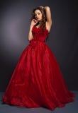 Mulher de cabelos compridos bonita no vestido vermelho fotografia de stock