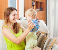 Mulher de cabelos compridos de sorriso com criança Fotografia de Stock Royalty Free