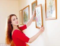 Mulher de cabelos compridos em imagens de suspensão vermelhas Imagem de Stock Royalty Free