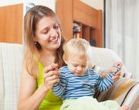 Mulher de cabelos compridos feliz com criança Fotografia de Stock Royalty Free