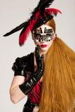 Mulher de cabelos compridos na máscara foto de stock