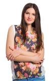 Mulher de cabelos compridos nova de sorriso com braços cruzados Foto de Stock Royalty Free