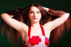 Mulher de cabelos compridos que cria o corte de cabelo Fotos de Stock Royalty Free