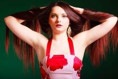 Mulher de cabelos compridos que cria o corte de cabelo foto de stock