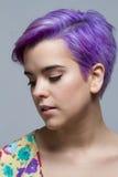 Mulher de cabelos curtos violeta que olha para baixo Imagens de Stock Royalty Free