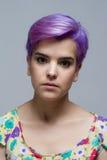 Mulher de cabelos curtos violeta que olha seriamente na câmera Imagens de Stock