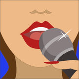 Mulher de canto com microfone imagem de stock royalty free