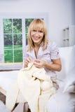 Mulher de confecção de malhas Imagem de Stock