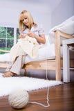Mulher de confecção de malhas Foto de Stock Royalty Free