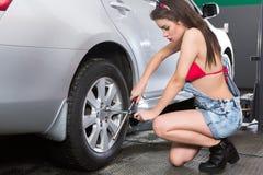 Mulher de conservação do pneu Fotos de Stock