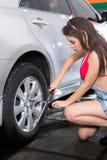 Mulher de conservação do pneu Imagens de Stock