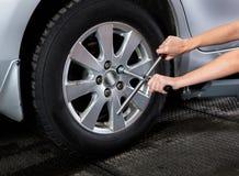 Mulher de conservação do pneu Imagens de Stock Royalty Free