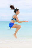 Mulher de Crossfit que faz exercícios de formação da ocupa do salto Foto de Stock