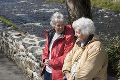 Mulher de dois sêniores que conversa fora fotos de stock royalty free