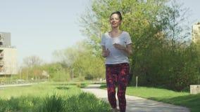 Mulher de Eautiful durante o exercício da manhã video estoque