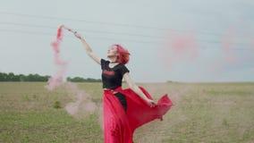 Mulher de encantamento com a bomba de fumo que gerencie no campo filme