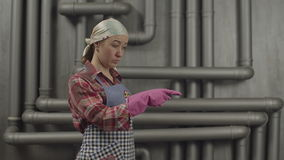 Mulher de encantamento da empregada que aponta com dedo vídeos de arquivo