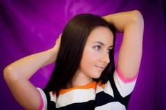 Mulher de encontro ao fundo roxo Imagem de Stock Royalty Free