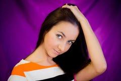 Mulher de encontro ao fundo roxo Imagens de Stock