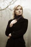 Mulher de encontro a uma natureza nevoenta do outono imagem de stock royalty free
