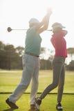Mulher de ensino masculina madura do jogador de golfe Imagens de Stock Royalty Free
