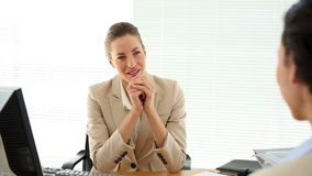Mulher de entrevista de sorriso e agitação da mulher de negócios de sua mão