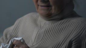 Mulher de envelhecimento desesperada que grita perto da janela chuvosa cinzenta e que limpa rasgos, amargura vídeos de arquivo