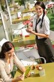 Mulher de espera da empregada de mesa para requisitar o menu Fotografia de Stock