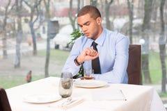 Mulher de espera do homem novo no restaurante Fotos de Stock Royalty Free