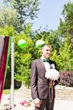 Mulher de espera do homem novo Noiva de espera do noivo Apenas casado Fim acima Ramalhete nupcial do casamento das flores Fotos de Stock Royalty Free