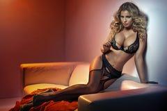Mulher de fascínio que veste meias 'sexy' Fotografia de Stock Royalty Free