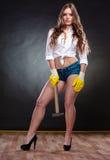 Mulher de fascínio 'sexy' que guarda o martelo feminismo Foto de Stock Royalty Free