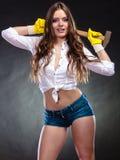 Mulher de fascínio 'sexy' que guarda o martelo feminismo fotos de stock royalty free