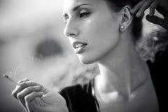 Mulher de fumo nova Foto de Stock