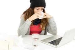 Mulher de funcionamento com chá bebendo da gripe fotos de stock