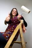 Mulher de funcionamento com o polegar branco acima do vertical largo Fotografia de Stock Royalty Free