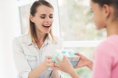 Mulher de funcionamento em licenças de parto A filha fez um presente para sua mãe amado Imagens de Stock