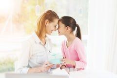 Mulher de funcionamento em licenças de parto A filha fez um presente para sua mãe amado Fotografia de Stock Royalty Free