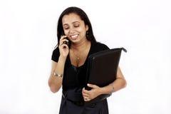 Mulher de funcionamento no telefone fotografia de stock