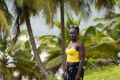 Mulher de Gana que levanta em Paradise imagens de stock royalty free