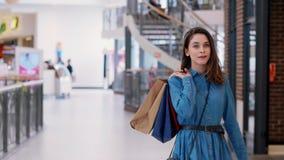 Mulher de gerencio com os sacos de compras no shopping video estoque
