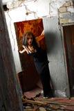 Mulher de Goth na entrada arruinada Imagem de Stock