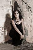 Mulher de Goth no canto Foto de Stock