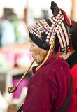 Mulher de Hani que fuma a tubulação velha Foto de Stock