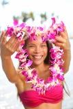 Mulher de Havaí que mostra a festão dos leus da flor Foto de Stock