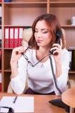 Mulher de hesitação que fala no telefone Fotografia de Stock