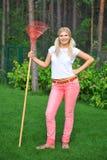 Mulher de jardinagem nova com ancinhos Imagens de Stock Royalty Free