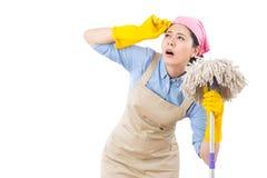 Mulher de limpeza cansada e esgotada Imagem de Stock Royalty Free
